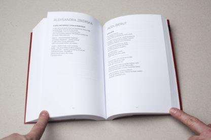 Otwarta książka pod tytułem Przewodnik po zaminowanym terenie