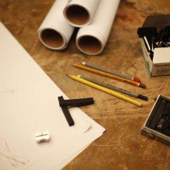 Stół z przyborami do wykonania rysunku architektonicznego