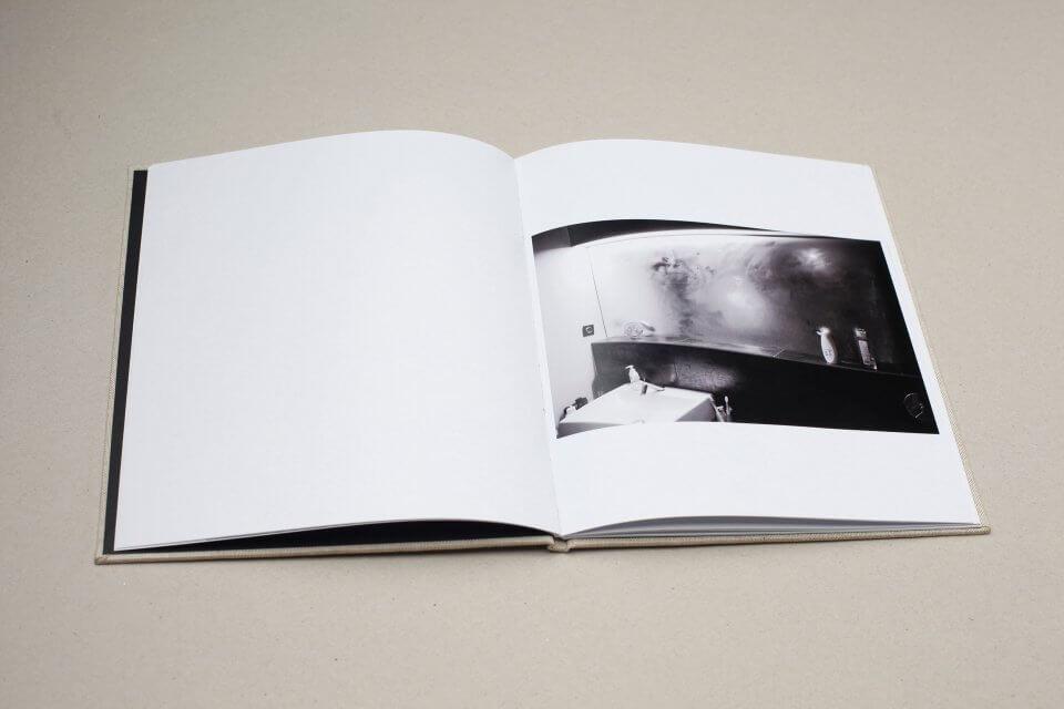 Książka fotograficzna podtytułem Pharmakon