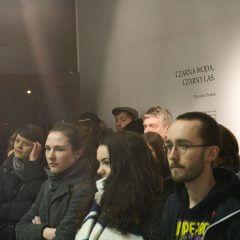 Kadr zwernisażu wystawy Czarna woda, czarny las.