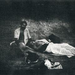 Para odpoczywająca na trawie