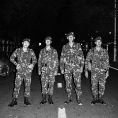 Czterech młodych mężczyzn w wojskowym umundurowaniu.