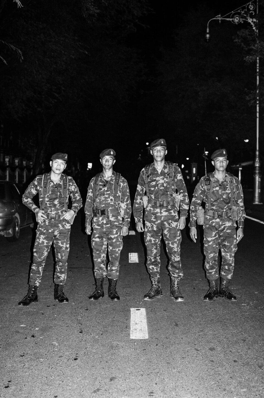 Czterech młodych mężczyzn wwojskowym umundurowaniu.