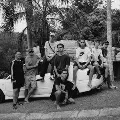 Grupa nastolatków pozująca do zdjęcia.