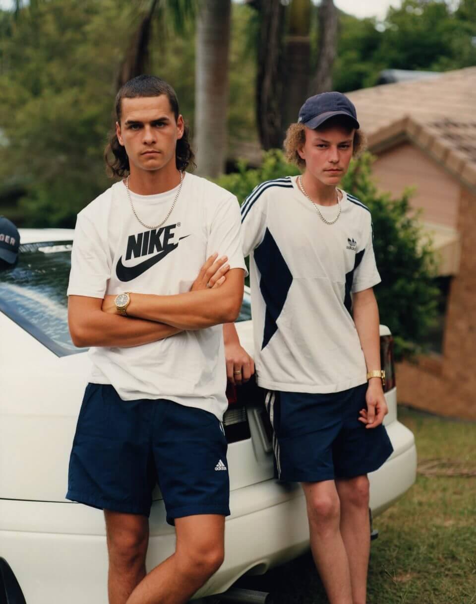 Dwoje nastolatków pozujących dozdjęcia.