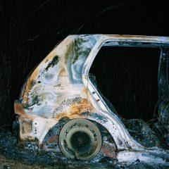 Spalony wrak samochodu.
